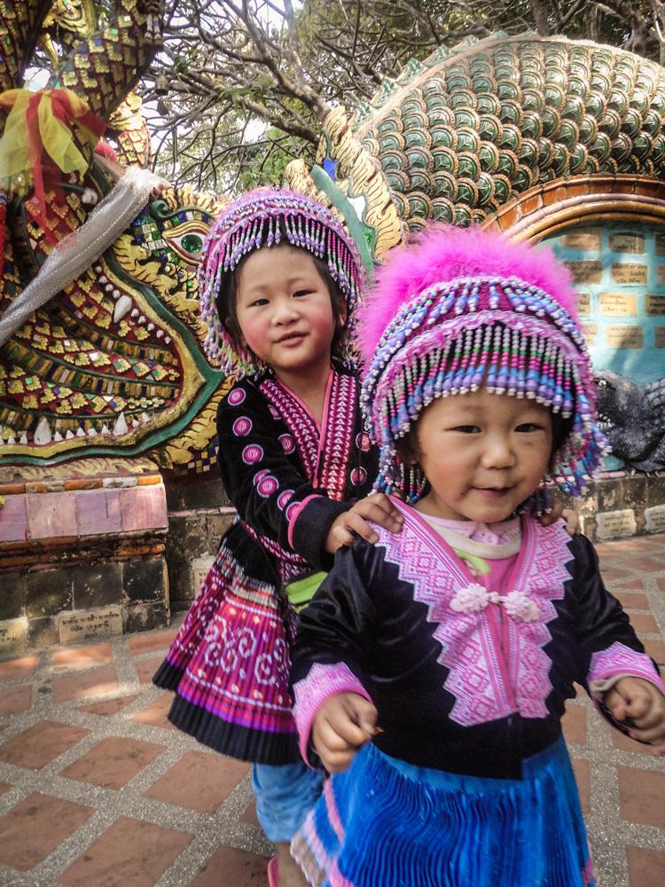 Klein kinderen in traditionele klederdracht Chiang Mai Thailand