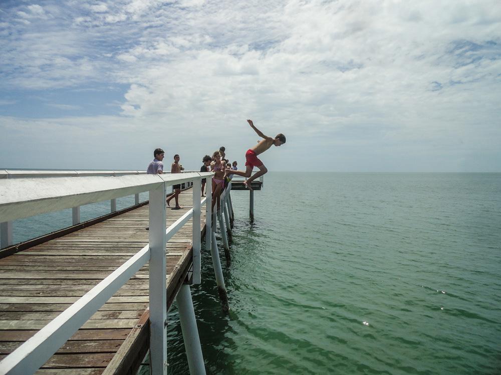 Children jump into the water Hervey Bay, Australië - Australia