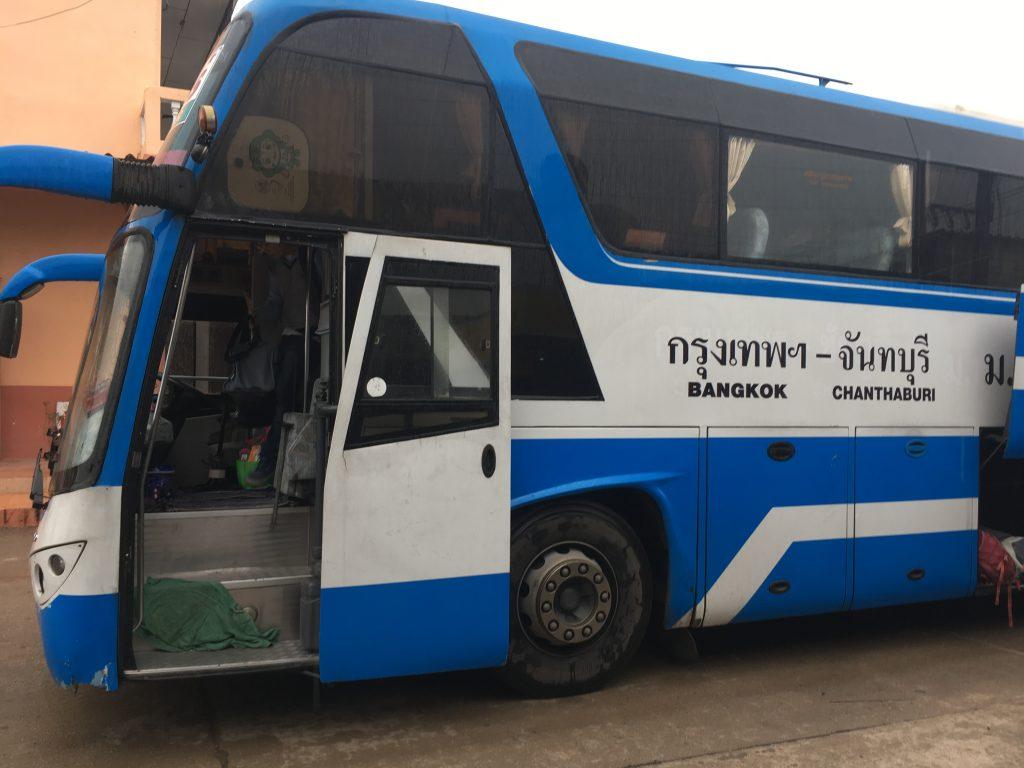 Een van de vele lokale bussen naar Koh Samet